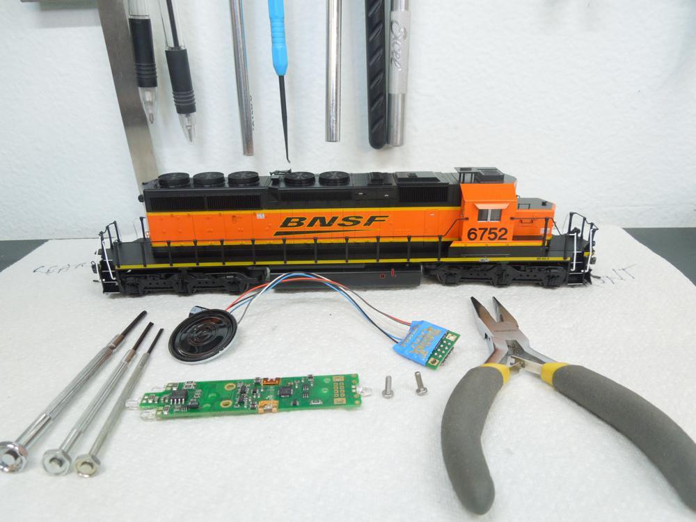 Kato SD40-2 install Digitrax SDH165K1a & SFX004 Soundbug